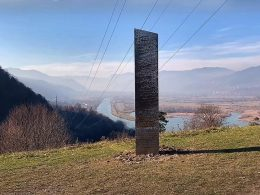 Monoliths in Utah and Romania Appear and Disappear Mysteriously; People Confused